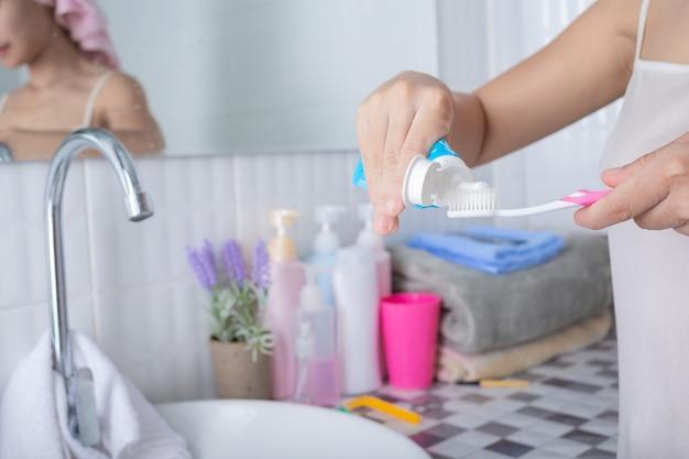 Młoda kobieta szczotkuje zęby. Darmowe Zdjęcia