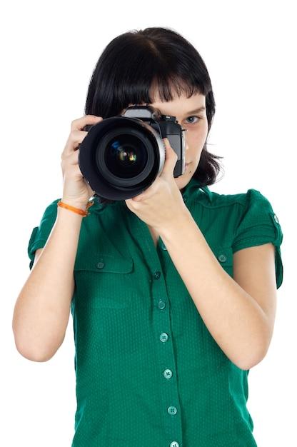 Młoda kobieta trzyma fotografię a nad białym tłem Premium Zdjęcia