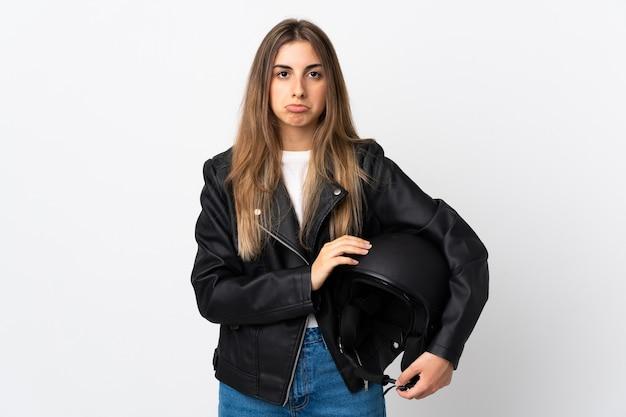 Młoda Kobieta Trzyma Kask Motocyklowy Na Na Białym Tle Biały Smutny Premium Zdjęcia