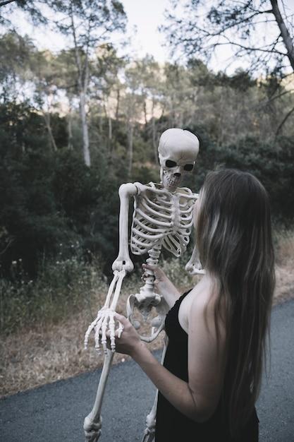 Młoda Kobieta Trzyma Kości Darmowe Zdjęcia