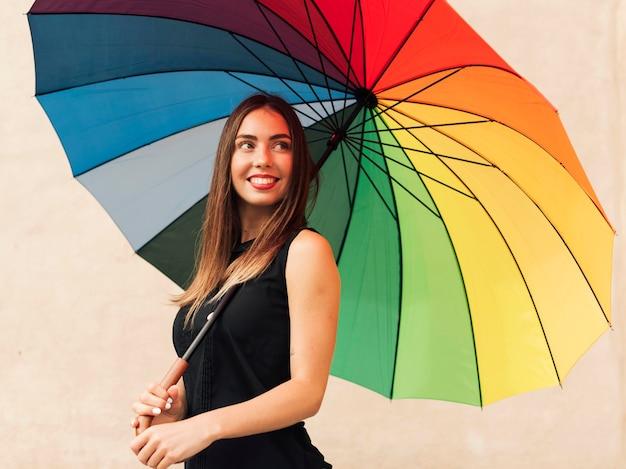 Młoda Kobieta Trzyma Parasol Tęczowy Darmowe Zdjęcia