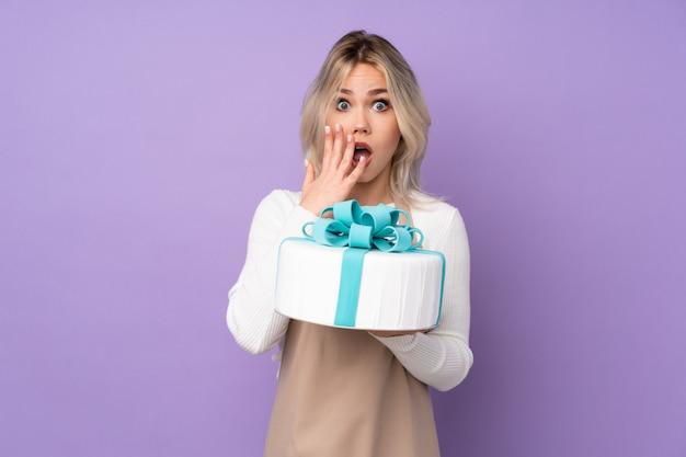 Młoda Kobieta Trzyma Tort Premium Zdjęcia