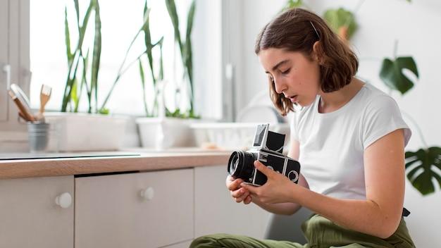 Młoda Kobieta Trzymając Profesjonalny Aparat Darmowe Zdjęcia