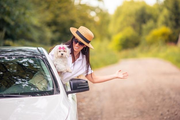 Młoda Kobieta Turysta Cieszy Się Na Wakacje Premium Zdjęcia