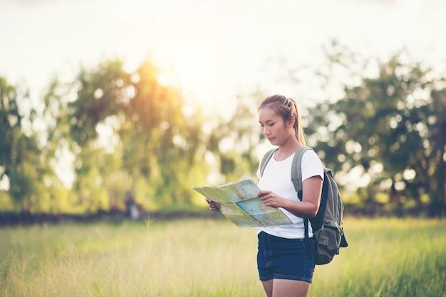 Młoda kobieta turystyczna mienie mapa na wycieczce Darmowe Zdjęcia