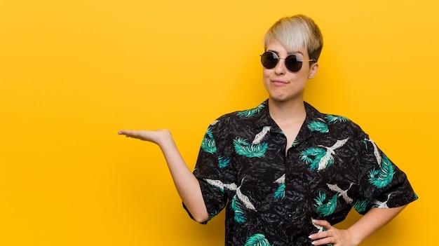 Młoda kobieta ubrana w letni wygląd Premium Zdjęcia