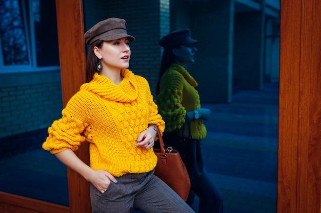 Młoda Kobieta Ubrana W Stylowy żółty Sweter I Trzymając Torebkę Na Zewnątrz. Wiosenne Ubrania I Akcesoria Dla Kobiet. Moda Uliczna. Kolor 2021 Premium Zdjęcia