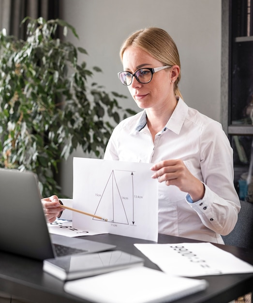 Młoda Kobieta Uczy Swoją Klasę Online Premium Zdjęcia
