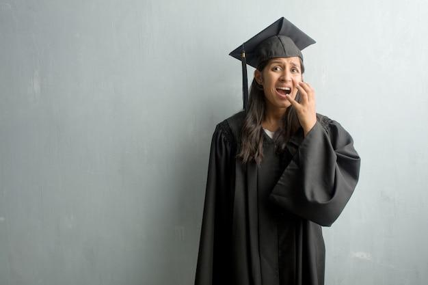 Młoda Kobieta Ukończył Indian Na ścianie Bardzo Przestraszony I Przestraszony, Gotowe Na Coś Premium Zdjęcia