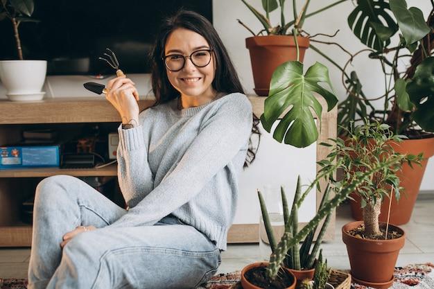 Młoda Kobieta Uprawia Rośliny W Domu Darmowe Zdjęcia