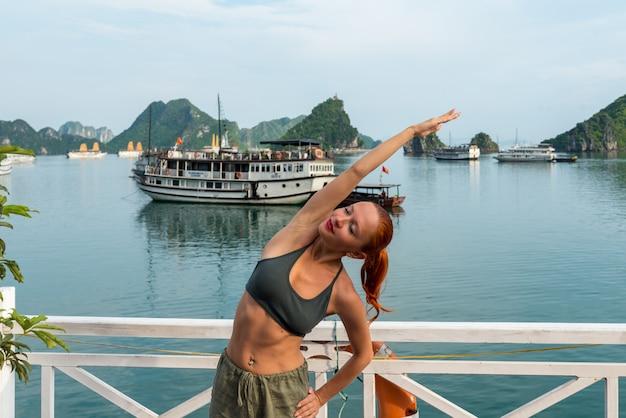 Młoda Kobieta Uprawiania Jogi Premium Zdjęcia