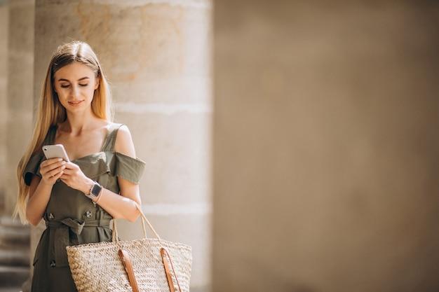 Młoda kobieta używa telefon starym budynkiem Darmowe Zdjęcia
