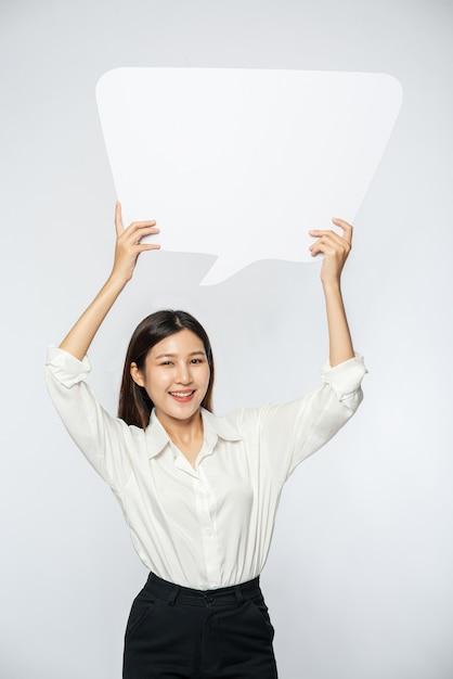 Młoda Kobieta W Białej Koszuli Trzymająca Symbol Skrzynki Myśli Darmowe Zdjęcia