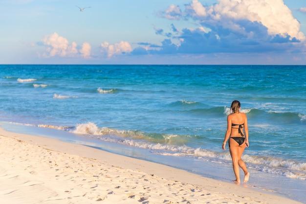 Młoda Kobieta W Bikini Na Egzotycznej Plaży Premium Zdjęcia