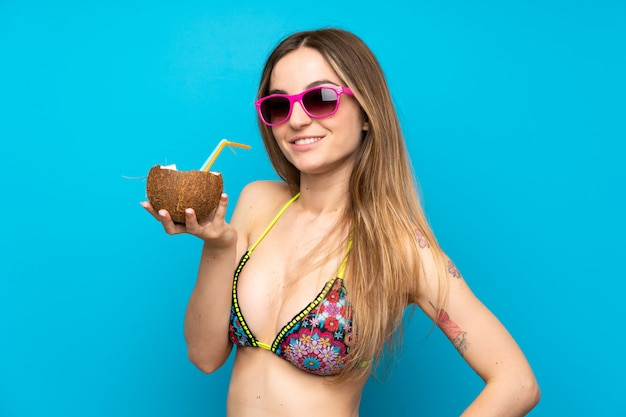 Młoda Kobieta W Bikini W Wakacjach Letnich Z Koksem Premium Zdjęcia