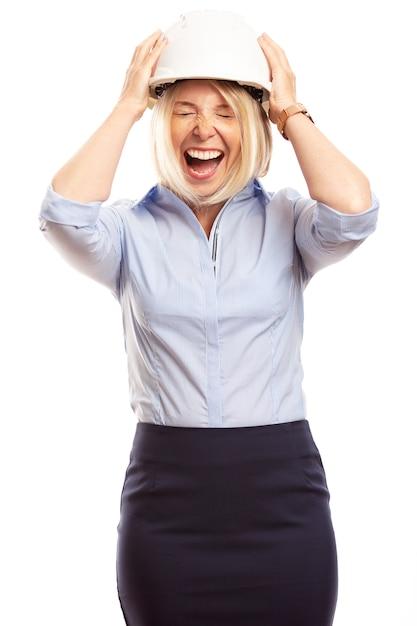 Młoda Kobieta W Biurze Ubrania I Kask Budowy Na Głowie Krzyczy. Pionowy Premium Zdjęcia