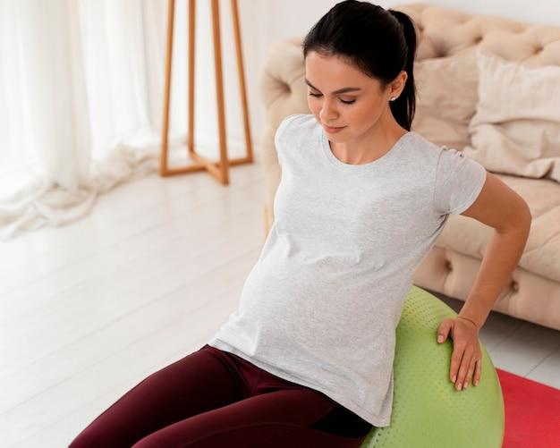 Młoda Kobieta W Ciąży ćwiczenia Na Piłce Fitness Darmowe Zdjęcia