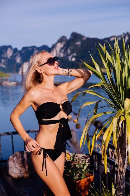 Młoda Kobieta W Czarnym Bikini Na Wakacjach W Tajlandii Darmowe Zdjęcia