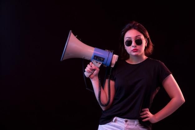 Młoda Kobieta W Czarnym T-shirt Gospodarstwa Megafon Darmowe Zdjęcia