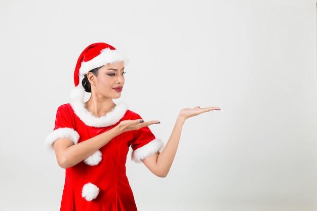 Młoda Kobieta W Czerwonym Santa Claus. Pojedynczo Na Białym Tle. Premium Zdjęcia