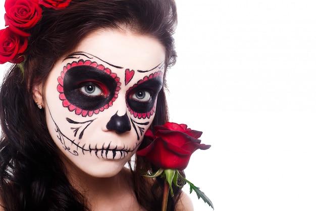 Młoda kobieta w dzień sztuki martwej maski czaszki i róży Premium Zdjęcia