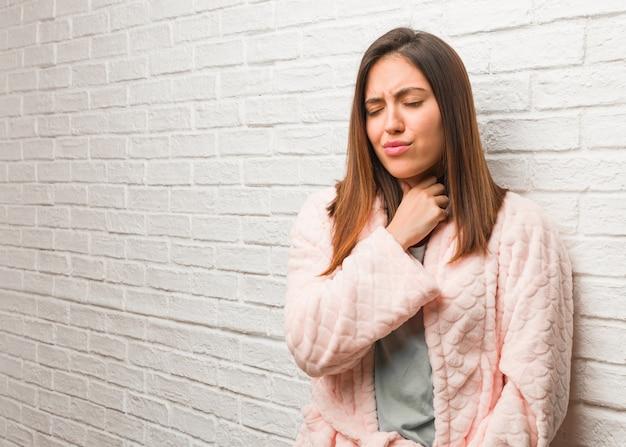 Młoda Kobieta W Kaszlu Piżamowym, Chorym Z Powodu Wirusa Lub Infekcji Premium Zdjęcia