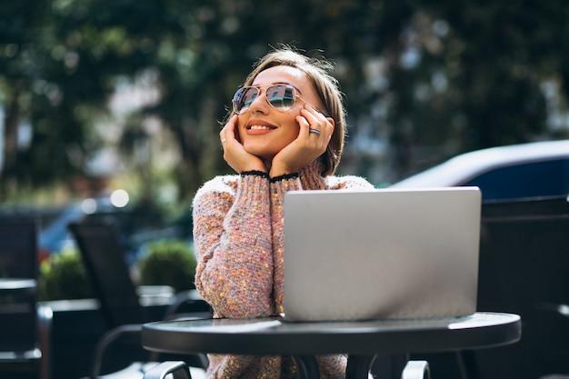 Młoda kobieta w kawiarni przy użyciu laptopa Darmowe Zdjęcia