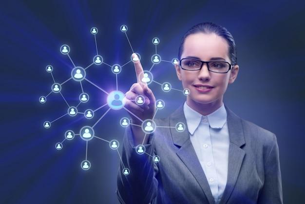 Młoda kobieta w koncepcjach sieci społecznych Premium Zdjęcia