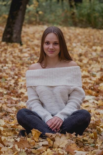 Młoda kobieta w pięknym jesień parku, t jesień. dobry nastroj Premium Zdjęcia