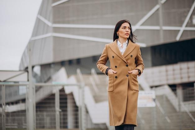 Młoda Kobieta W Płaszcz Stojący Na Zewnątrz Darmowe Zdjęcia