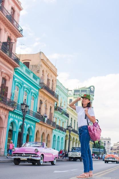 Młoda Kobieta W Popularnym Terenie W Starym Hawańskim, Kuba. Podróżnik Piękna Dziewczyna, Kolorowe Domy W Mieście Premium Zdjęcia