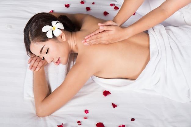 Młoda Kobieta W Salonie Spa Masaż Premium Zdjęcia