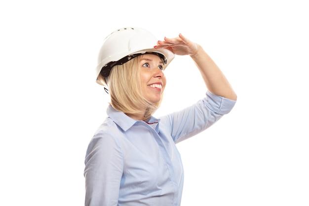 Młoda Kobieta W Ubrania Biurowe I Kask Budowy Wygląda Na Odległość Premium Zdjęcia