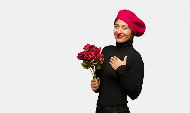 Młoda kobieta w valentines dniu robi romantycznemu gestowi Premium Zdjęcia