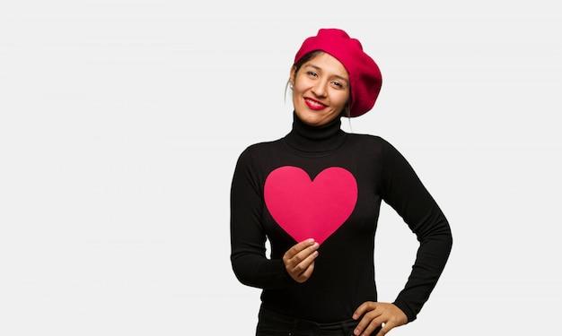 Młoda kobieta w valentines dniu z rękami na biodrach Premium Zdjęcia