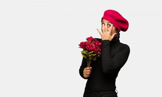 Młoda kobieta w walentynki czuje się zmartwiona i przestraszona Premium Zdjęcia