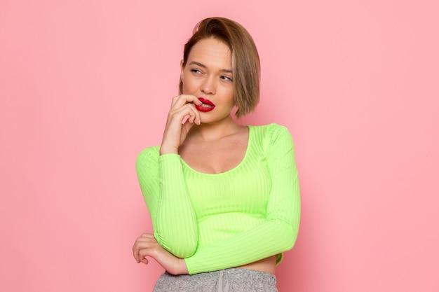 Młoda Kobieta W Zielonej Koszuli I Szarej Spódnicy Z Wyrażeniem Myślenia Darmowe Zdjęcia