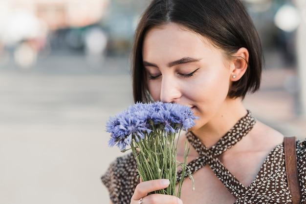 Młoda Kobieta Wącha Kwiaty Darmowe Zdjęcia