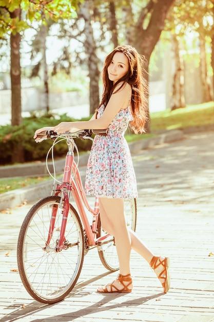 Młoda Kobieta Z Bicyklem W Parku Darmowe Zdjęcia