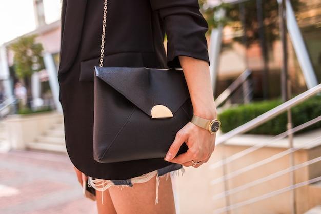 Młoda Kobieta Z Czarną Torbą Premium Zdjęcia