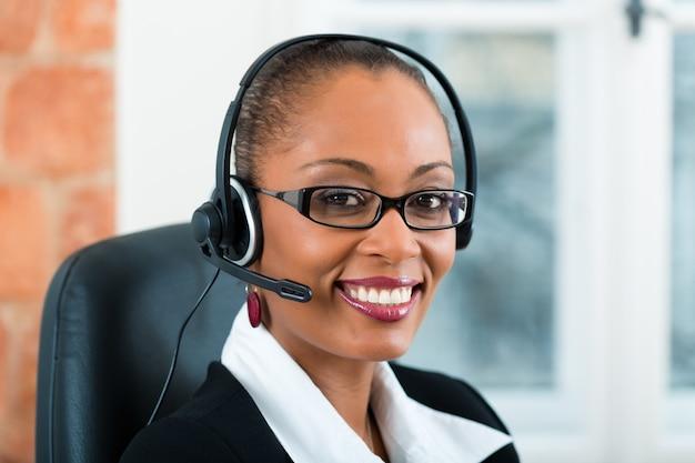 Młoda Kobieta Z Działu Obsługi Klienta Premium Zdjęcia