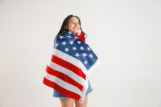 Młoda Kobieta Z Flagą Stanów Zjednoczonych Ameryki Darmowe Zdjęcia