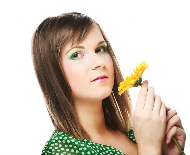 Młoda Kobieta Z Gerber Kwiat Premium Zdjęcia