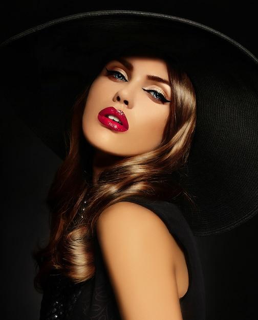 Młoda Kobieta Z Jasny Makijaż I Czarny Kapelusz Darmowe Zdjęcia