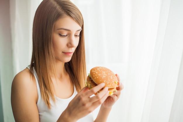 Młoda Kobieta Z Kanał Taśmą Nad Jej Usta, Zapobiega Ona Jeść Szybkie żarcie, Zdrowy łasowania Pojęcie Premium Zdjęcia