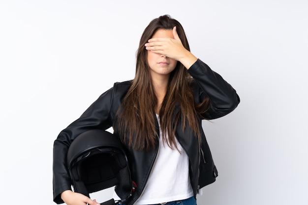 Młoda Kobieta Z Kaskiem Motocykla Na Pojedyncze Białe ściany Obejmujące Oczy Rękami Premium Zdjęcia
