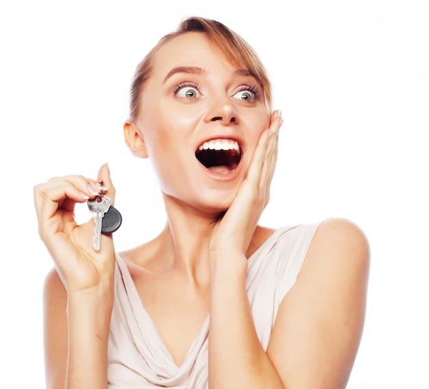 Młoda kobieta z kluczem Premium Zdjęcia