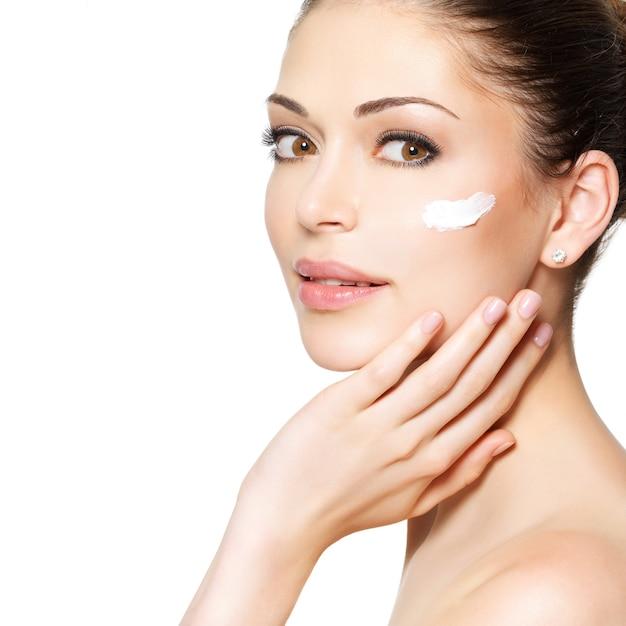 Młoda Kobieta Z Kosmetyczną śmietanką Na Czystej świeżej Twarzy. Koncepcja Pielęgnacji Skóry Darmowe Zdjęcia