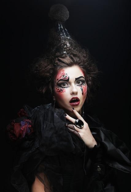 Młoda kobieta z kreatywnych makijaż. Premium Zdjęcia