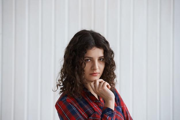 Młoda Kobieta Z Kręconymi Włosami I Koszulą W Kratkę Darmowe Zdjęcia